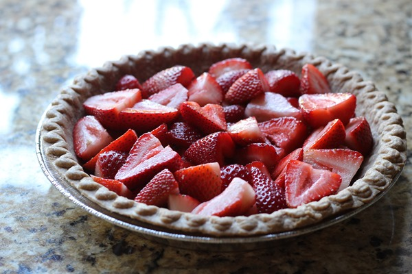 Easy Vegan Strawberry Pie- all you need is 6 ingredients to make this flavorful strawberry pie. Light and cool, it's perfect for a hot summer day! #vegan #plantbased #glutenfree