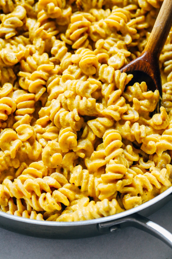 The Best Pumpkin Macaroni and 'Cheese'- a super comforting meal that's perfect for fall. It's dairy-free and vegan, and it can easily be served with your favorite gluten-free pasta! #plantbased #vegan #comfortfood #easymeals