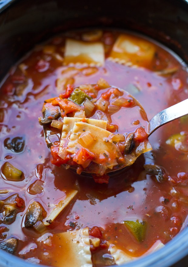 Slow Cooker Lasagna Soup- all of the delicious flavor of lasagna wrapped up in a healthy veggie-packed soup that's super easy to make! (vegan)