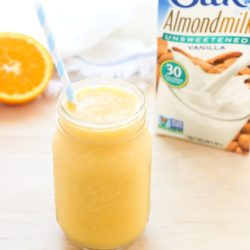 Fresh Orange Creamsicle Smoothie- a plant-powered smoothie packed with calcium and vitamin c! #vegan #nodairy #cleaneating @lovemysilk