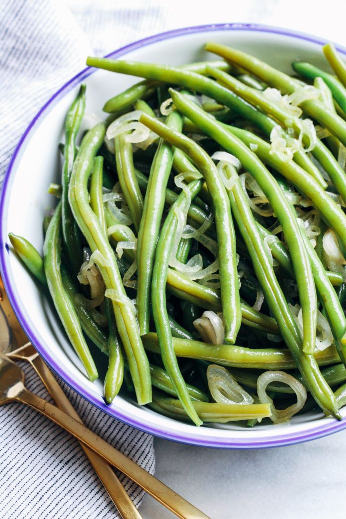Simple Green Beans with Olive Oil and Shallots- an easy side item that even the pickiest of eaters will love!