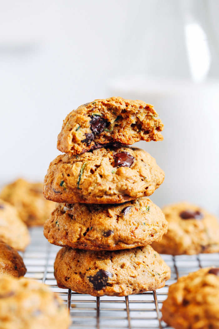 1 Bowl Oatmeal Zucchini Cookies- crisp edges and a chewy center, these zucchini cookies are irresistible! (gluten-free, vegan option)