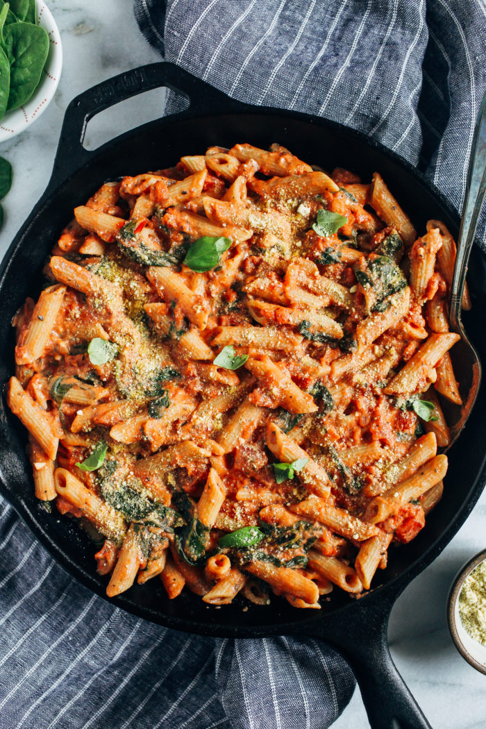 Creamy Tomato Spinach Pasta- made with just 10 ingredients in less than 30 minutes, this recipe will make pasta night a breeze!