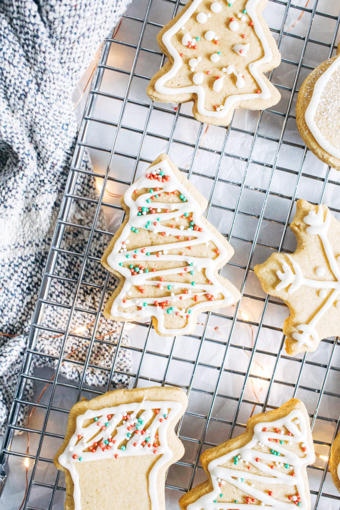 Vegan and Gluten-free Sugar Cookies- made with buttery almond flour, these cookies have crispedges and a delicious chewy center. They're supersimple to make and no one would ever guess they are made with healthier ingredients!